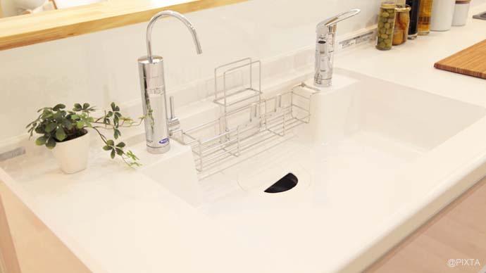 【賢いキッチン掃除術】排水溝の臭いをすっきりさせるワザとは?