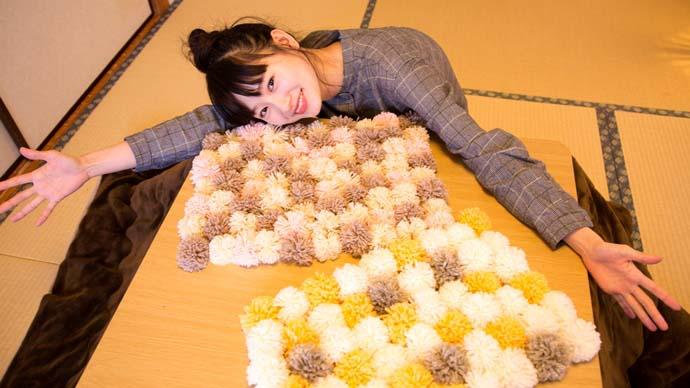 【こたつでぬくぬくDIY】モデル・辻千恵とつくる もこもこポンポンラグ