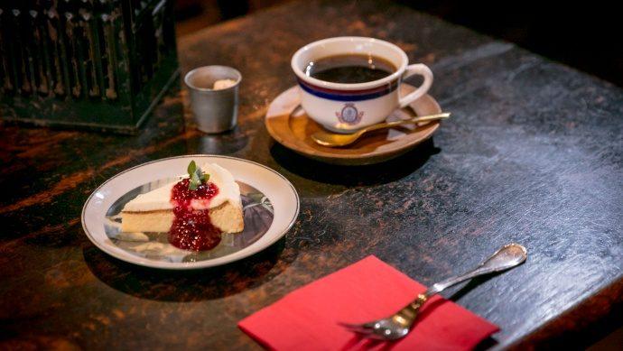 【カフェのインテリアとこだわりの器 Vol.1】とっておきの絵皿で心から豊かになる。ポートマンズカフェ×アンティーク風